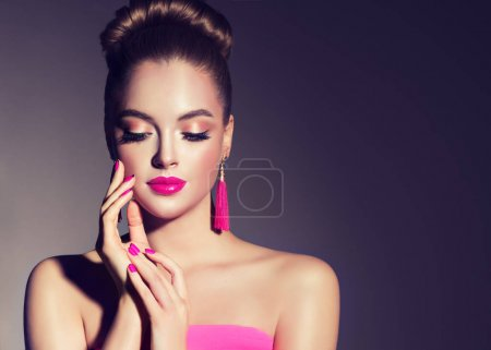 girl with pink fuchsia manicur