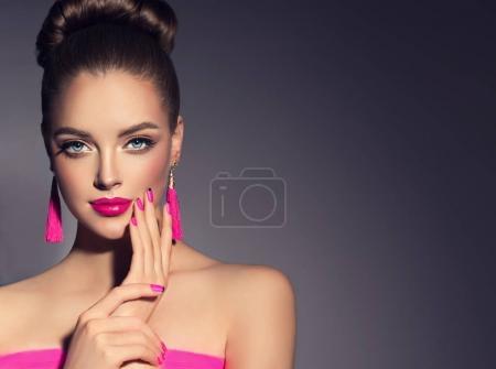 modelo chica con rosa fucsia manicura