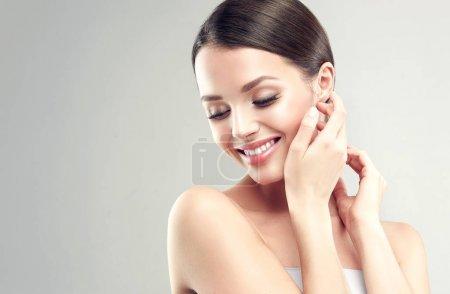 Photo pour Belle jeune femme avec une peau propre et fraîche. Traitement du visage. Cosmétologie, beauté et spa. Soins de la peau - image libre de droit