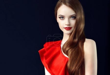 Photo pour Brunette fille aux cheveux longs et brillants, ondulés. Belle femme modèle avec coiffure bouclée. Soins et beauté des cheveux - image libre de droit