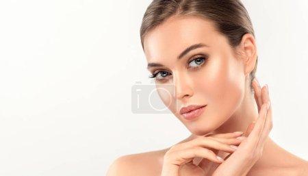 Photo pour Belle jeune femme avec une peau fraîche propre toucher le visage propre. Soin du visage. Cosmétologie, de beauté et spa - image libre de droit