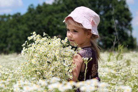Photo pour Mignonne petite fille porter la belle robe dans le domaine de la camomille en été, enfant avec énorme bouquet de fleurs blanches, beauté et mode, enfance heureuse, été vacances, plein air, backview - image libre de droit