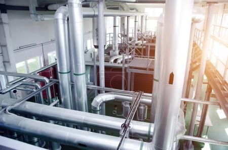 Photo pour L'intérieur d'une chaufferie à gaz industrielle moderne. Pipelines, pompes à eau, vannes, manomètres - image libre de droit