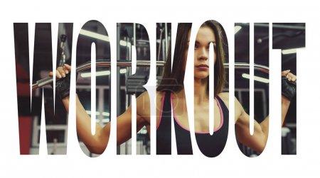 Photo pour Fille d'athlète Sportswear élaboration et formation de ses bras et ses épaules avec appareil d'exercice dans la salle de gym. Signe de motivation - image libre de droit