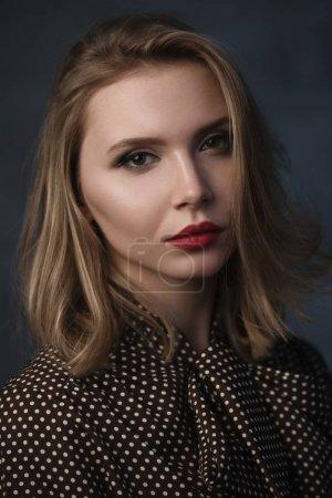 Photo pour Portrait en studio dramatique d'une belle fille rêveuse. Tonification vintage douce - image libre de droit