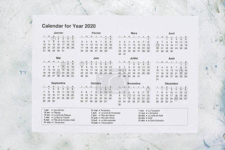 Photo pour Papier calendrier annuel France. Calendrier annuel 2020 avec fêtes nationales françaises. Vue d'en haut - image libre de droit