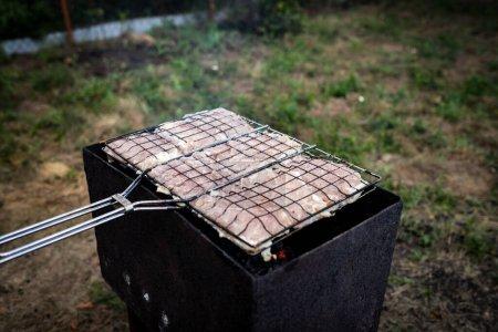 Photo pour Steaks de viande cuits sur le gril dans le jardin. steaks de viande grillés. - image libre de droit