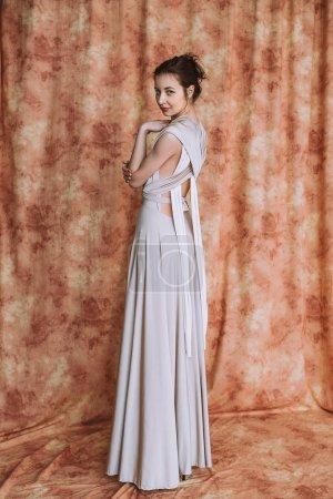 Photo pour Belle femme avec une coiffure élégante. Brunette Fashion modèle femme porter été Prom long maxi transformateur robe - image libre de droit