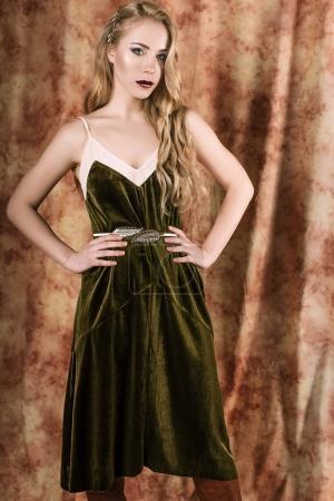 Photo pour Robe de la belle mannequin dans un velours vert. Vintage. Style de luxe. - image libre de droit