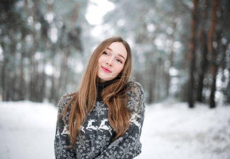 Photo pour Portrait d'hiver de belle jeune femme brune portant le chandail. Concept de mode neige hiver beauté. - image libre de droit