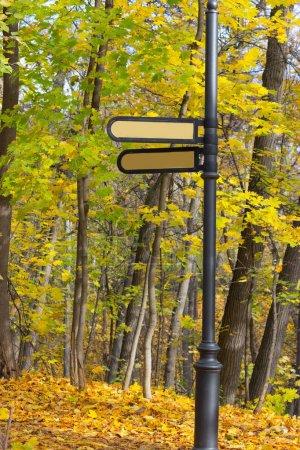 Photo pour Panneau de signalisation dans un parc. Conseil forme flèche jaune - image libre de droit