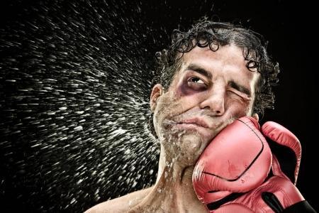 Photo pour Boxeur idiot homme prend un coup de poing dans le visage isolé sur black.funny concept portrait . - image libre de droit