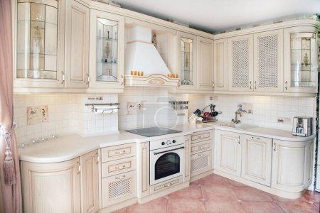 Photo pour Intérieur d'une cuisine de style classique - image libre de droit