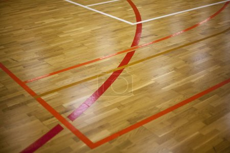 Photo pour Disposition de l'aire de jeux, parquet de salle de sport avec marquage de lignes - image libre de droit