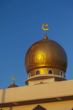 Photo pour Mosquée islamique avec minarets, photo verticale - image libre de droit