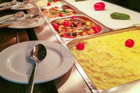 """Photo pour Choix de salades, cuisine culinaire """"buffet dinner"""", Full food showcase of variety meals - image libre de droit"""