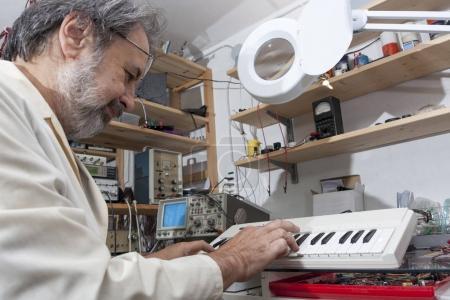 Photo pour Ingénieur électronique travaille dans son laboratoire - image libre de droit
