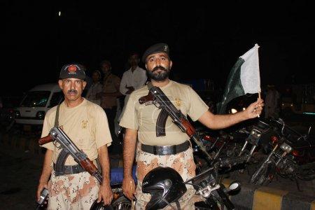 Photo pour Soldat de Sindh Rangers tenant le drapeau à Clifton, Karachi, Pakistan 14 / 08 / 2012 - image libre de droit
