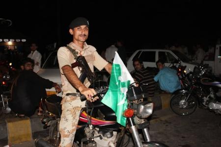 Photo pour Soldat des Sindh Rangers assis à vélo à Clifton, Karachi, Pakistan 14 / 08 / 2012 - image libre de droit