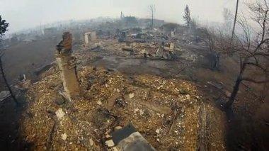 Pohled ze spálené vesnice s kvadrokoptéry. Vyhaslý budov a aut. Letecký pohled