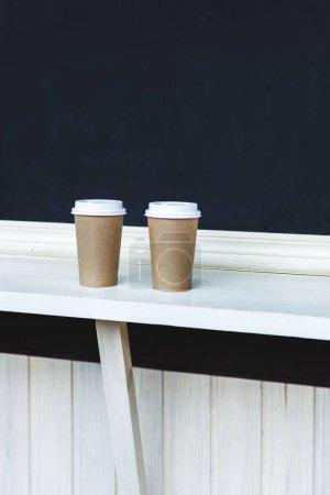 Photo pour Tasses de café à emporter sur le bar - image libre de droit