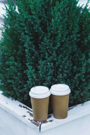 Photo pour Tasses de café à emporter sur la véranda du café - image libre de droit