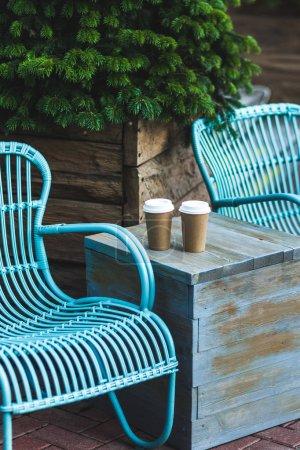 Photo pour Deux tasses de café pour aller sur la table vintage bleue dans un beau café à l'extérieur - image libre de droit