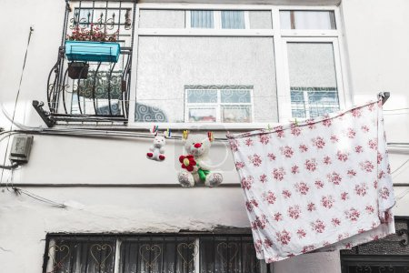 Photo pour Blanchisserie et ours en peluche drôle de séchage sur les vieilles rues d'Istanbul - image libre de droit