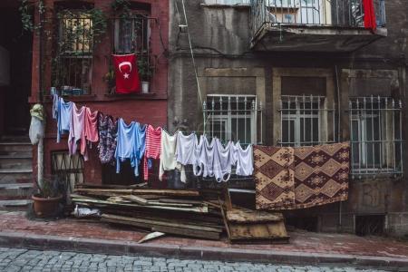 Photo pour Linge séchant sur les rues d'Istanbul - image libre de droit