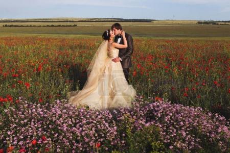 Les nouveaux mariés marchant en fleurs floraison étonnantes