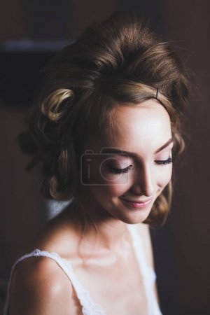 Bride makes hairstyle