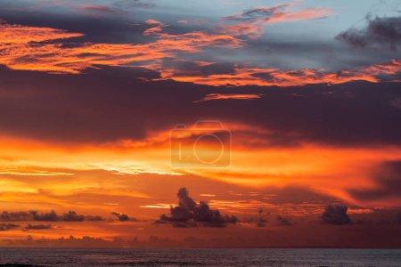 Photo pour Majestueux coucher de soleil tropical coloré. Incroyables nuages rouges, orange, roses. Contexte tropical . - image libre de droit