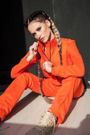Photo pour Portrait d'une belle femme vêtue de tresses orangées - image libre de droit
