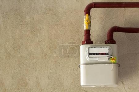 Photo pour Compteur de gaz dans une maison en rénovation. Compteur de gaz intérieur utilisé pour mesurer la consommation de gaz naturel dans les bâtiments / maisons . - image libre de droit