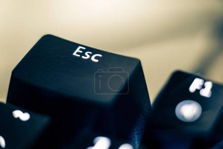 Primeros planos de la llave de escape en el teclado retroiluminado .