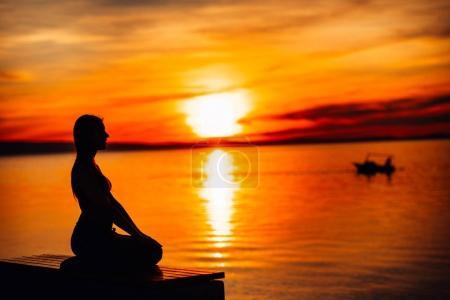 Photo pour Femme calme sans soucis méditer dans la nature. Trouver la paix intérieure. Pratique du yoga. Mode de vie guérison spirituelle. Profitant de la paix, la thérapie anti-stress, méditation de pleine conscience. Énergie positive. Chakra balancing - image libre de droit