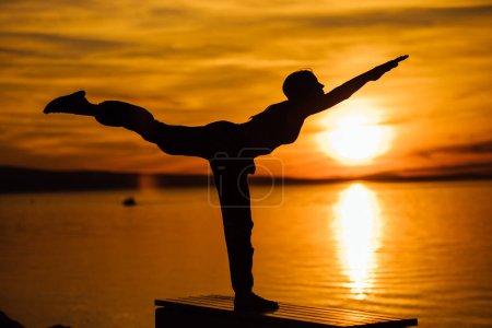Photo pour Femme insouciante méditant dans la nature.Trouver la paix intérieure.Pratique du yoga. Style de vie de guérison spirituelle.Profiter de la paix, thérapie anti-stress, méditation pleine conscience. Énergie positive.Dekasana, pose de l'avion - image libre de droit