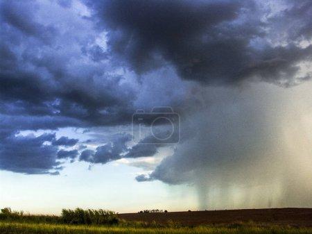 Photo pour Nuages sombres et pluvieux sur le terrain au Brésil - image libre de droit