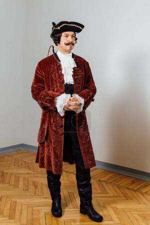 Schnurrbart exzentrischer Mann im Vintage-Gewand des Barons. Hut Dreispitz, braune Jacke.