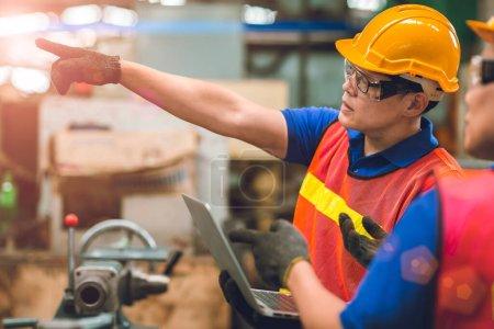 Photo pour Équipe d'ingénieurs travaillant ensemble dans l'industrie lourde avec ordinateur portatif commande de discussion travailleur joint l'équipe d'ingénieurs. - image libre de droit