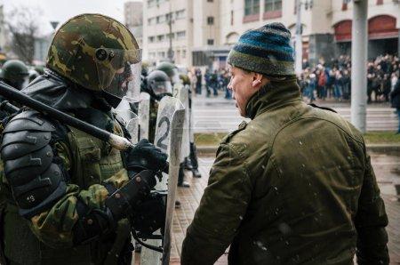 Photo pour Unité spéciale de police de Minsk, Belarus - 25 mars 2017 - avec boucliers contre les manifestants. Biélorusses participent à la protestation contre le décret 3 Loukachenko et les autorités actuelles. - image libre de droit