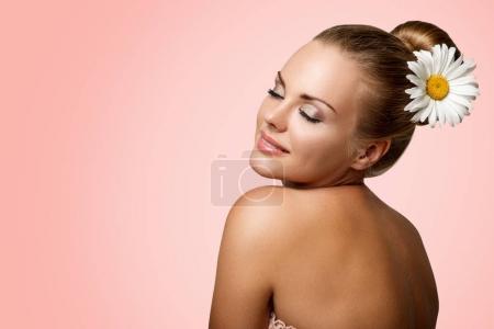 Photo pour Portrait de belle femme aux yeux fermés, épaule nue et camomille dans les cheveux - image libre de droit