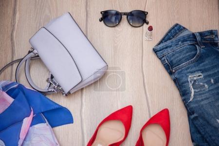 Photo pour Vêtements et cosmétiques plat posé sur un fond en bois - image libre de droit