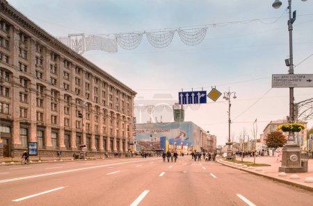 Photo pour Kiev, Ukraine - 29 octobre 2017: Vue de la rue centrale de Khreschatyk. Khreschatyk street est bloqué à la circulation le week-end - image libre de droit