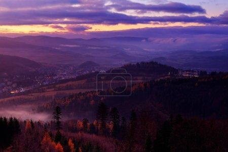 Photo pour Arbres de l'automne avec brouillard, montagnes de Jeseniky. Fin de nuit. - image libre de droit