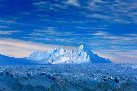 Photo pour Terre de glace. Voyager dans l'Arctique norvégien. Montagne enneigée blanche, glacier bleu Svalbard, Norvège. Glace dans l'océan. Iceberg au pôle Nord. Ciel bleu avec banquise. Beau paysage. Eau de mer froide . - image libre de droit
