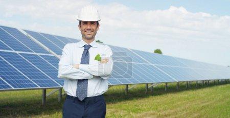 Foto de Experto técnico en paneles fotovoltaicos de energía solar, el control remoto realiza acciones de rutina para el monitoreo del sistema utilizando energía limpia y renovable. concepto de tecnología de soporte remoto . - Imagen libre de derechos