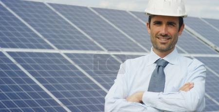 Foto de Técnico experto en paneles fotovoltaicos de energía solar, control remoto realiza acciones rutinarias para el sistema de monitoreo utilizando energía limpia y renovable. concepto de la tecnología de soporte remoto. - Imagen libre de derechos