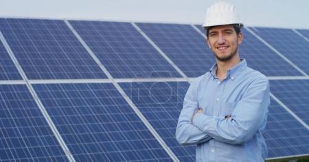 Foto de Experto técnico en paneles fotovoltaicos de energía solar, el control remoto realiza acciones de rutina para el monitoreo del sistema utilizando energía limpia y renovable. concepto aplicado a la tecnología de soporte remoto . - Imagen libre de derechos