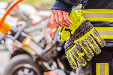 fire fighter arbeitet mit professionellen werkzeugen